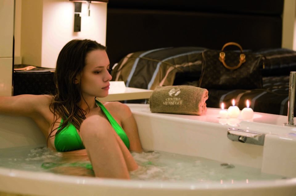 <strong>AROMA SPA</strong><p>1 notte - da <strong>€ 280 </strong>a coppia <p>Mezza pensione, accesso Spa, bagno a lume di candela e massaggio di coppia.